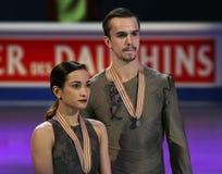 Posa di Ksenia STOLBOVA/Fedor KLIMOV con le medaglie di argento Immagini Stock