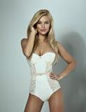 Posa di modello in corsetto bianco fotografia stock libera da diritti