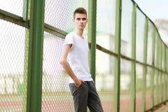 Posa di modello dell'uomo bello alla moda all'aperto Fotografia Stock Libera da Diritti