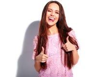 Posa di modello della bella donna castana alla moda nello studio Immagini Stock
