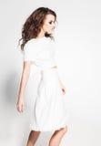 Posa di modello della bella donna in vestito bianco nello studio fotografia stock