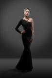 Posa di modello della bella donna in vestito elegante nello studio Immagini Stock