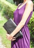 Posa di modello della bella giovane donna attraente nella tenuta del giardino fotografia stock libera da diritti