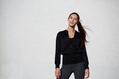Posa di modello della bella ragazza alla moda in abiti sportivi Immagini Stock Libere da Diritti