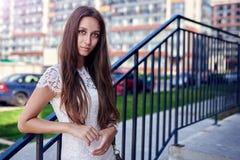 Posa di modello della donna nella via Immagine Stock Libera da Diritti