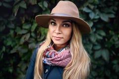 Posa di modello della donna nella via Fotografie Stock Libere da Diritti