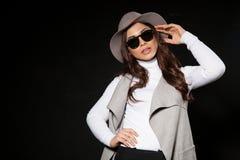 Posa di modello della ragazza nello studio Fotografie Stock