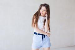 Posa di modello della ragazza nello studio Immagini Stock Libere da Diritti