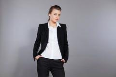 Posa di modello della ragazza nello studio Fotografia Stock Libera da Diritti