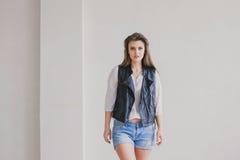 Posa di modello della ragazza nello studio Fotografie Stock Libere da Diritti