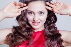 Posa di modello della ragazza nello studio Fotografia Stock