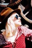 Posa di modello della ragazza vicino alla parete nel pomeriggio Fotografia Stock