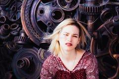 Posa di modello della ragazza vicino alla parete nel pomeriggio Immagini Stock Libere da Diritti