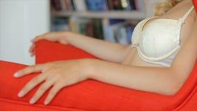 Posa di modello femminile in biancheria intima stock footage