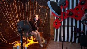 Posa di modello femminile davanti alla macchina fotografica con capelli sciolti stock footage