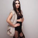 Posa di modello in maglia della pelliccia Immagini Stock Libere da Diritti