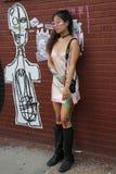 Posa di modello non identificata durante il partito collettivo del blocchetto di Bushwick Fotografia Stock Libera da Diritti