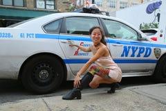 Posa di modello non identificata nella parte anteriore del volante della polizia di NYPD durante il partito collettivo del blocch Fotografia Stock