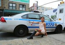 Posa di modello non identificata nella parte anteriore del volante della polizia di NYPD durante il partito collettivo del blocch Immagini Stock Libere da Diritti