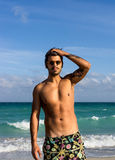 Posa di modello sulla spiaggia fotografie stock
