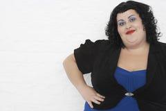 Posa di peso eccessivo della giovane donna Fotografia Stock