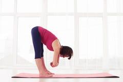 Posa di pratica del loto di yoga della donna degli Yogi mentre meditando in GY fotografia stock
