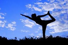 Posa di pratica della donna di yoga, siluetta Immagini Stock