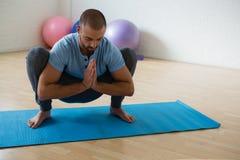 Posa di pratica della ghirlanda dell'istruttore di yoga in club Fotografia Stock Libera da Diritti