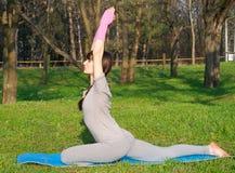 Posa di pratica di Mudra di yoga della donna all'aperto? Immagine Stock