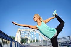 posa di pratica di yoga del ballerino di re della donna Fotografia Stock