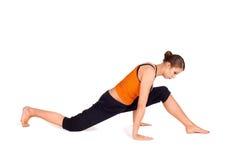 Posa di pratica di yoga della donna attraente adatta Immagini Stock Libere da Diritti