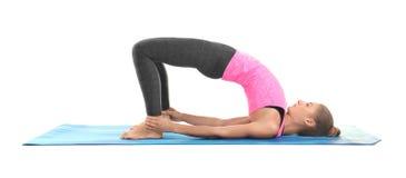 Posa di pratica di yoga della giovane donna su fondo bianco Immagini Stock Libere da Diritti