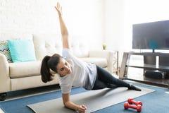 Posa di pratica di yoga della sponda della donna Fotografia Stock Libera da Diritti