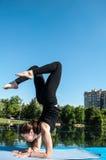 Posa di vrishchikasana di yoga - 2 Immagini Stock