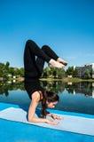 Posa di vrishchikasana di yoga Fotografie Stock Libere da Diritti