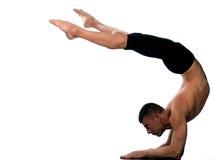 Posa di Vrschikasana dello scorpione di yoga dell'uomo Fotografia Stock Libera da Diritti