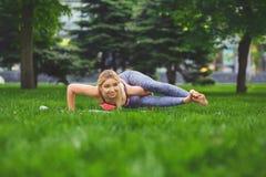 Posa di yoga di addestramento della donna all'aperto Immagine Stock