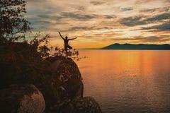 Posa di yoga alla spiaggia di Kande, baia di Nkhata, il lago Malawi, Malawi immagine stock libera da diritti