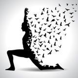 Posa di yoga con gli uccelli che volano dal corpo umano, manifesto in bianco e nero di yoga Fotografie Stock