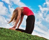 Posa di yoga del cammello di manifestazione della giovane donna Immagini Stock Libere da Diritti