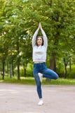 Posa di yoga dell'albero sul vicolo del parco Fotografie Stock Libere da Diritti