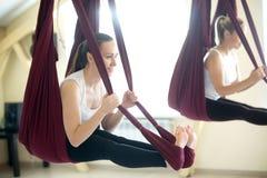 Posa di yoga dell'arco in amaca Fotografia Stock Libera da Diritti