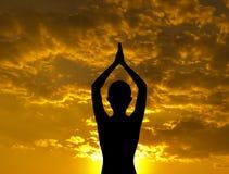 Posa di yoga della siluetta Fotografie Stock Libere da Diritti