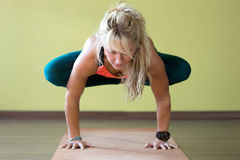 Posa di yoga di Urdhva Kukkutasana fotografie stock