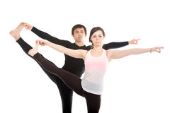 Posa di yoga di Utthita Hasta Padangushthasana con il partner, primo piano Immagini Stock Libere da Diritti