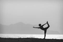 Posa di yoga, donna che medita alla spiaggia Fotografie Stock