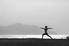 Posa di yoga, donna che medita alla spiaggia Immagini Stock
