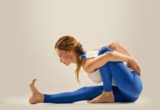 Posa di yoga ginnastica seating immagini stock libere da diritti