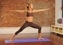 Posa di yoga nel paese Immagine Stock