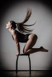 Posa esile adatta del corpo della donna di Atletic Immagini Stock